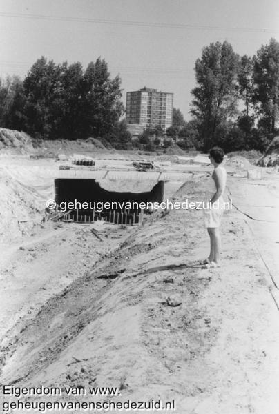 1988-1990 Aanleg  rijksweg 35 Aanleg fietstunnel tussen boswinkel en Geessinkweg op foto Henny bron Hans Tietjens (28).jpg