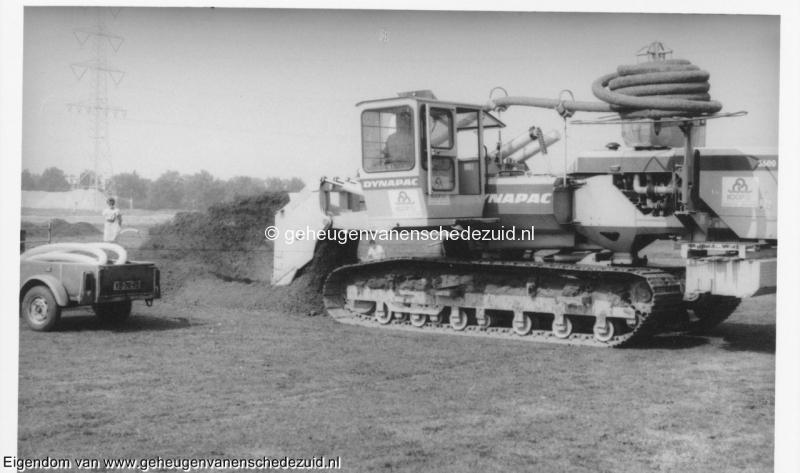 1988-1990 Aanleg  rijksweg 35 Aanleggen diepe drainage onder zuidvijver, verte achter hoogspanning zandopslag zuid hollandlaan bron Hans Tietjens (41).jpg