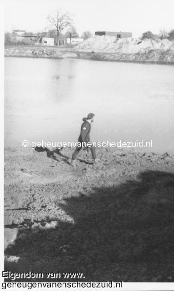 1988-1990 Aanleg  rijksweg 35 Duiker behorend bij beroepsvissers deel staand net is reeds aangebracht bron Hans Tietjens (56).jpg