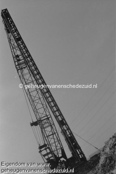 1988-1990 Aanleg  rijksweg 35 Hiestelling fundering geluidsscherm Hofteweg bron Hans Tietjens (75).jpg