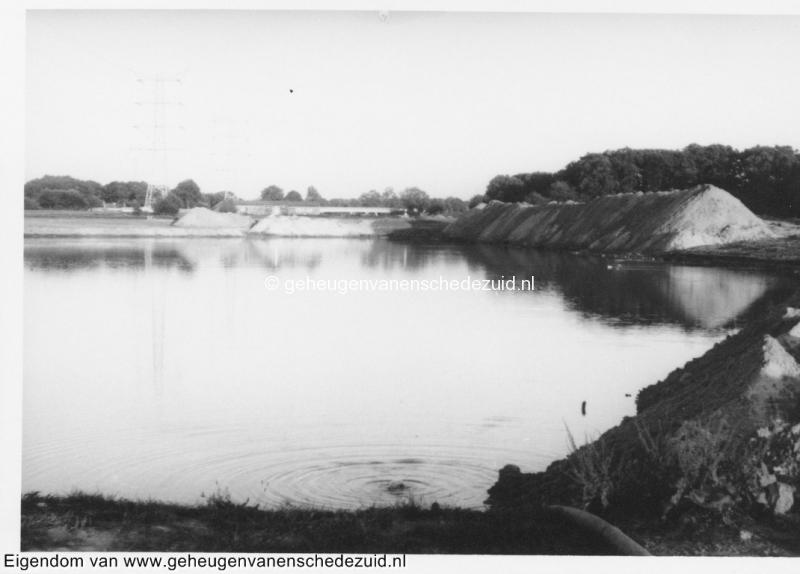 1988-1990 Aanleg  rijksweg 35 Richting Oost, zandopslag bij grote vijver bron Hans Tietjens (49).jpg