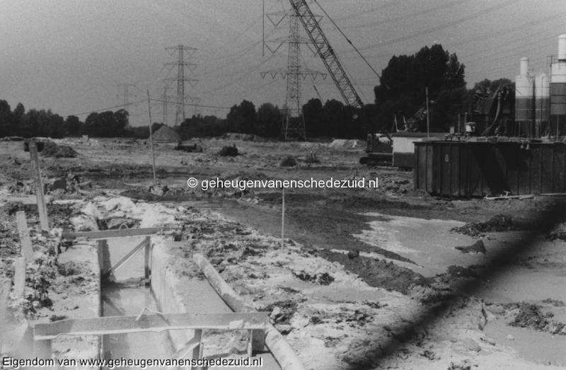 1988-1990 Aanleg  rijksweg 35 Richting West,, groen grijze smurrie in sleuven wordt waterondoordringbare muur bron Hans Tietjens (31).jpg