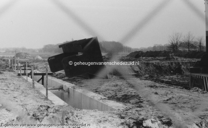 1988-1990 Aanleg  rijksweg 35 Richting afslag Zuid, Soort trechter geplaatst op mallen speciale grijper past in de trechter bron Hans Tietjens (17).jpg