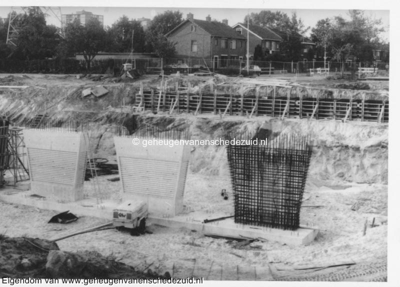 1988-1990 Aanleg  rijksweg 35 Viaduct van Veenlaan, middenpijlers van noordelijk brughoofd bron Hans Tietjens (48).jpg