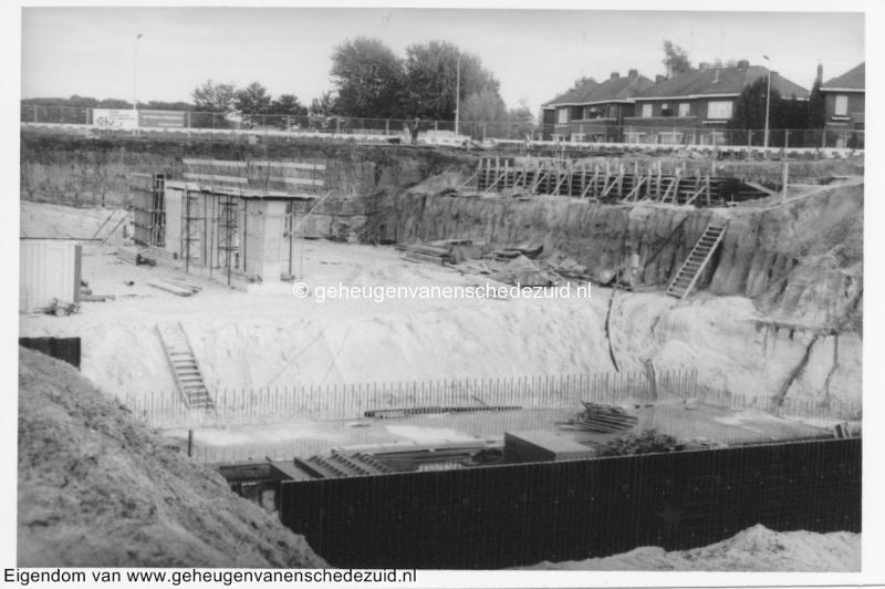 1988-1990 Aanleg  rijksweg 35 Viaduct van Veenlaan recht tuindorp middenpijlers, vosraam is aanleg regenopvangkelders bron Hans Tietjens (52).jpg