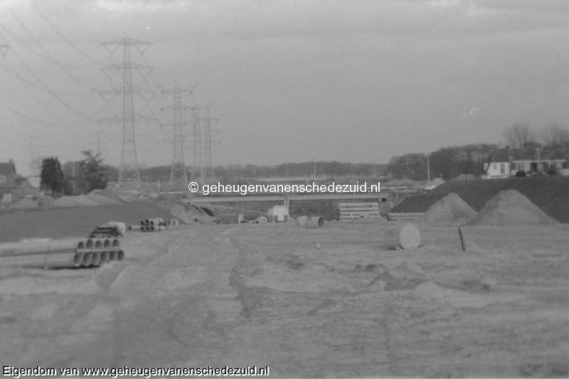 1988-1990 Aanleg  rijksweg 35 Viaduct van veenlaan, richting oosten, links Boswinkel bron Hans Tietjens (72).jpg