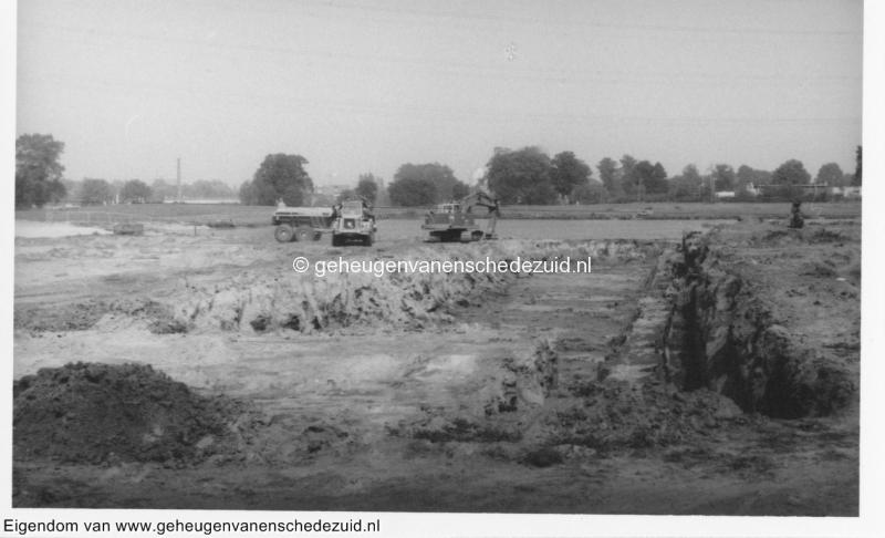 1988-1990 Aanleg  rijksweg 35 Vijver, begin aanleg van nieuwe vijver zuidelijke kant, achter in de verte oude nettorama bron Hans Tietjens (38).jpg
