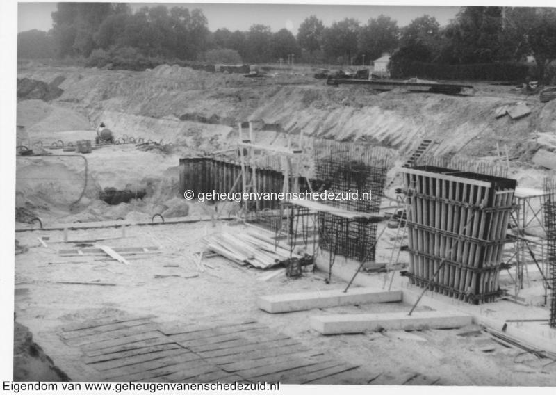 1988-1990 Aanleg  rijksweg 35 viaduct van Veenlaan, 4 pilaren in aanbouw bron Hans Tietjens (43).jpg