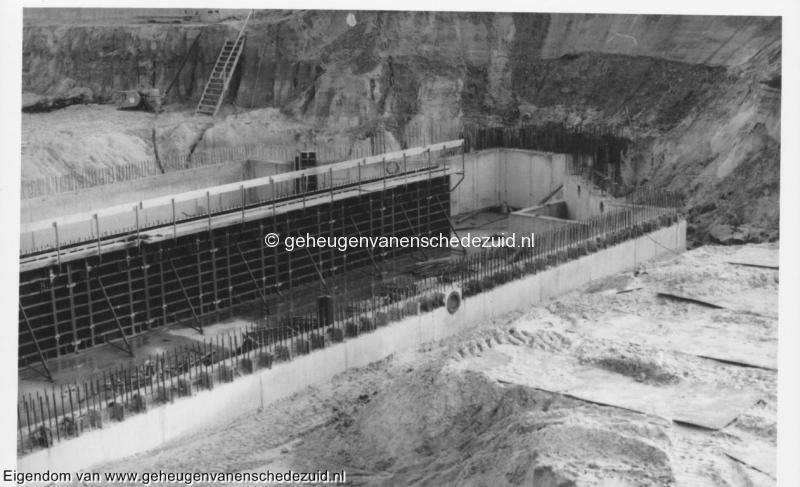 1988-1990 Aanleg  rijksweg 35 viaduct van Veenlaan regenopvangkelder aanleg midden steunmuur bron Hans Tietjens (59).jpg
