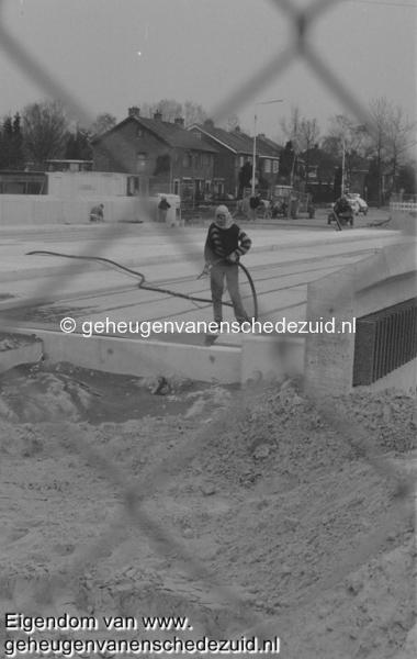 1988-1990 Aanleg  rijksweg 35 viaduct van Veenlaan, schoonstralen bron Hans Tietjens (74).jpg