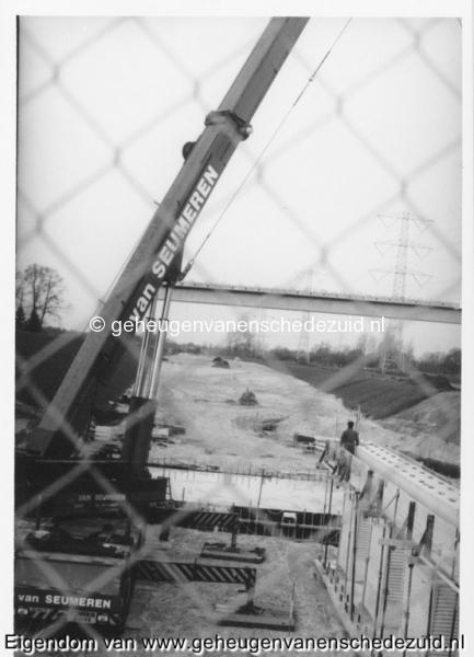 1988-1990 Aanleg  rijksweg 35 viaduct van veenlaan aanbrengen 40 wegsteunen tussen noord en zuid bruggehoofdbron Hans Tietjens (63).jpg