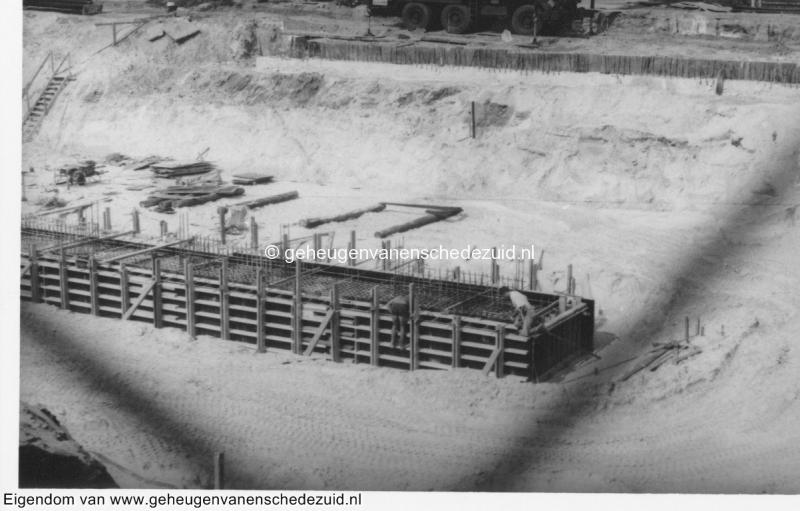 1988-1990 Aanleg  rijksweg 35 viaduct van veenlaan, betonsikkel middenpijlers bron Hans Tietjens (35).jpg