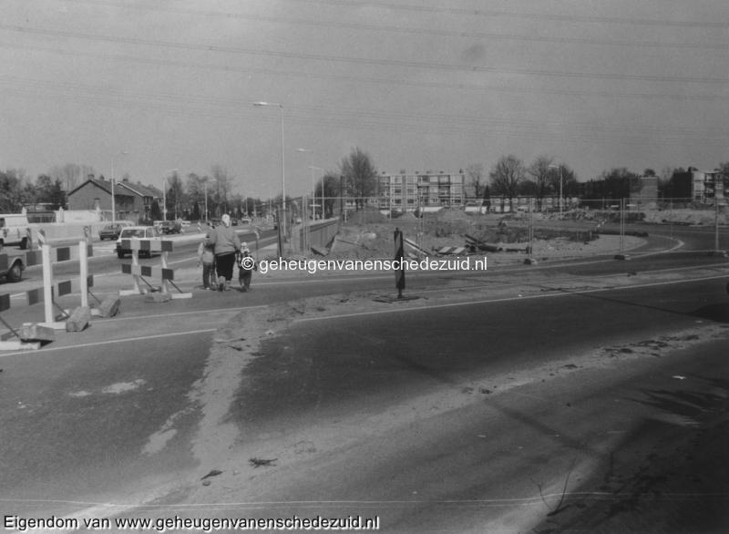 1988-1990 Aanleg  rijksweg 35 viaduct van veenlaan, buitengebruik gestelde omleiding rechts bron Hans Tietjens (88).jpg