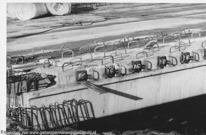 1988-1990 Aanleg  rijksweg 35 viaduct van veenlaan, in brugdragers zaten horizontale gaten tbv bekabeling bron Hans Tietjens (68).jpg