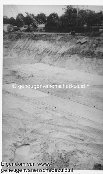1988-1990 Aanleg  rijksweg 35 viaduct van veenlaan, vloer voor 4 pijlers in zand gevormd damwand rechts is regenopvangkelderbron Hans Tietjens (36).jpg