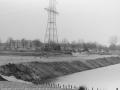 1988-1990 Aanleg  rijksweg 35 Vijver, Dam door vijver links droge deel opgevuld met zand bron Hans Tietjens (10).jpg