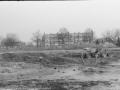 1988-1990 Aanleg  rijksweg 35 Vijver, leegpompen afgesloten deel van vijver Hans en Dennis Tietjens vastgelopen in de modder in midden bron Hans Tietjens (9).jpg