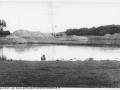 1988-1990 Aanleg  rijksweg 35 Vijver, zanddam door restand grote vijver afsplitsing links wordt nieuwe noordelijke regenopvangvijver bron Hans Tietjens (50).jpg