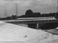 1988-1990 Aanleg  rijksweg 35 gezicht vanaf oost op viaduct van veenlaan nieuwe geluidswal bron Hans Tietjens (96).jpg