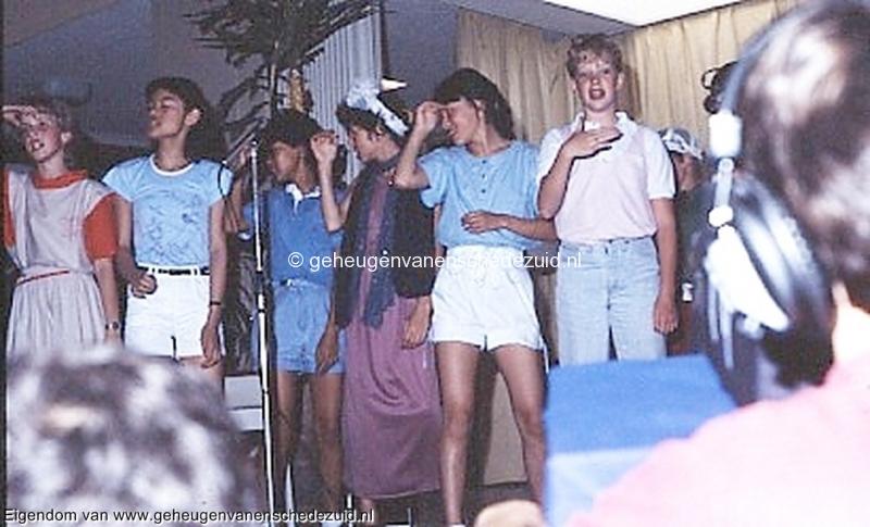 1984 v. Gelderschool, 21 Juni 1984 afscheidsfeest musical-Yvonne Bos,Wajee,Raquel de Mey,Esther Casu, huwee,Monique Driessen bron Hans Tietjens.jpg