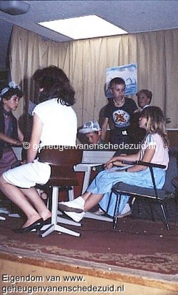 1984 v. Gelderschool, 21 Juni 1984 afscheidsfeest musical, links Esther Casu,Ayfer, Dennis Tietjens(pet),Rodney Robaard,Angela Nijhuis bron Hans Tietjens.jpg