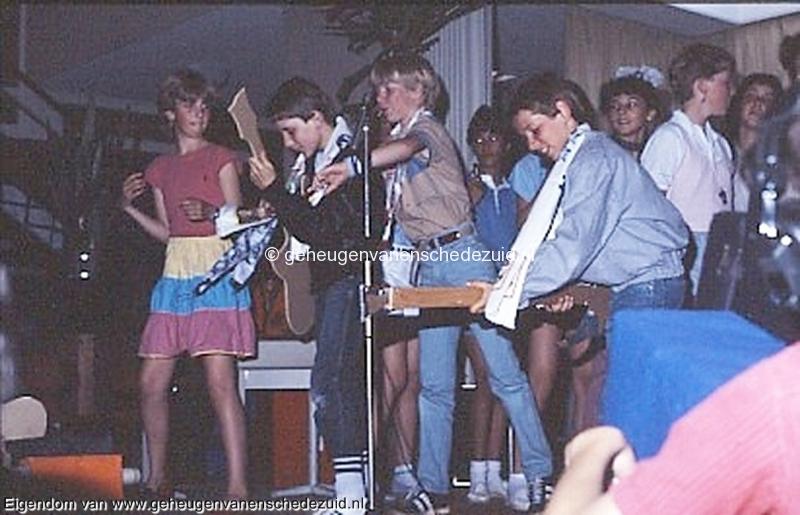1984 v. Gelderschooll, 21 Juni 1984 afscheidsfeest Yvonne, Roger, Martijn, Michel bron Hans Tietjens.jpg