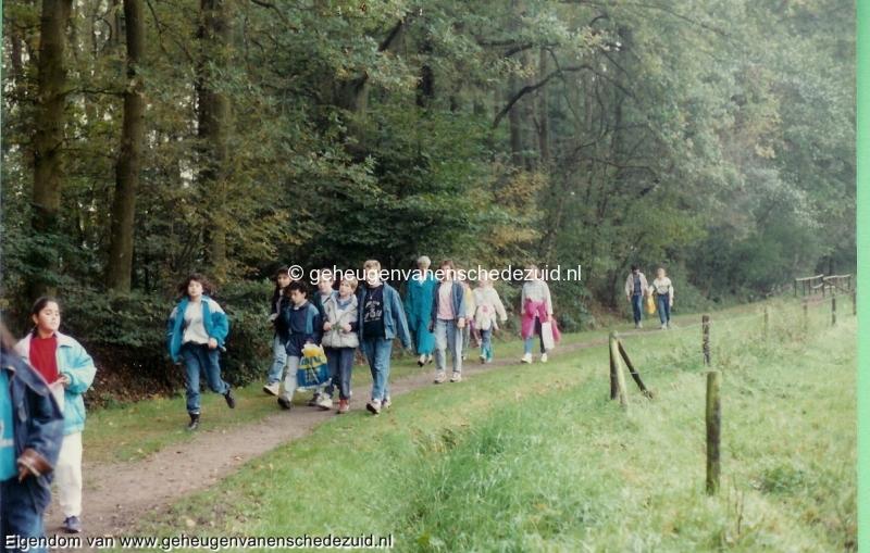 1988-1989, OBS het Bijvank, groep 8 wandeling stroinksbos 1, bron Wim Geverink.jpg