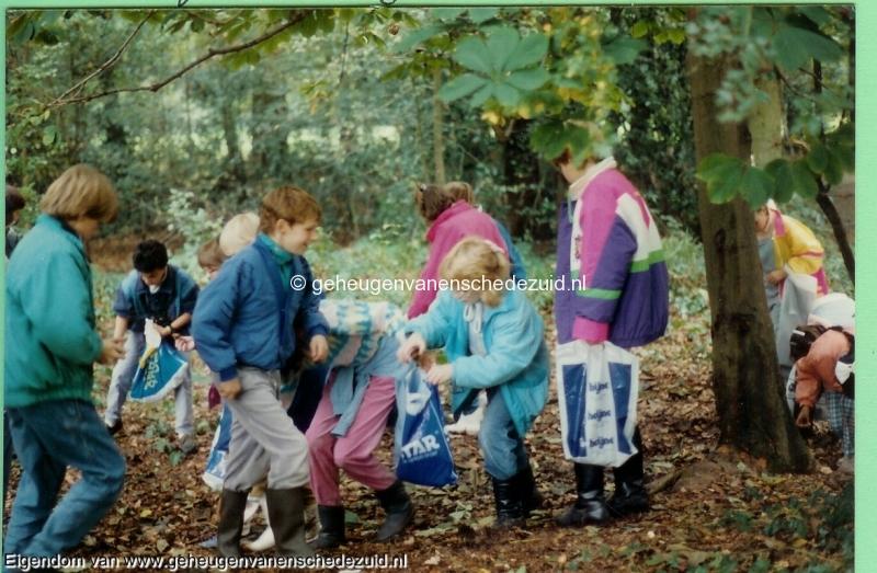 1988-1989, OBS het Bijvank, groep 8 wandeling stroinksbos 2, bron Wim Geverink.jpg