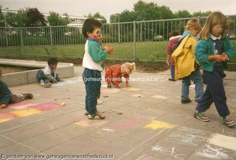 1990-1991, OBS het Bijvank, 1991, kleuters uit de nieuwbouw op het net voltooide nieuwe schoolplein bron Brigitte Westerhuis.jpg