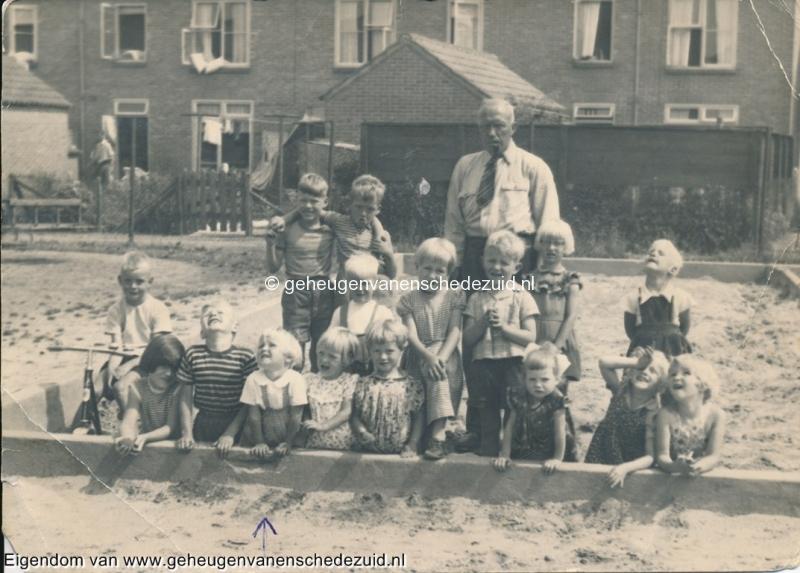 1957, met oppasser Plekkenpol bijnaam Plekkie, bron mevr Kolkman.jpg
