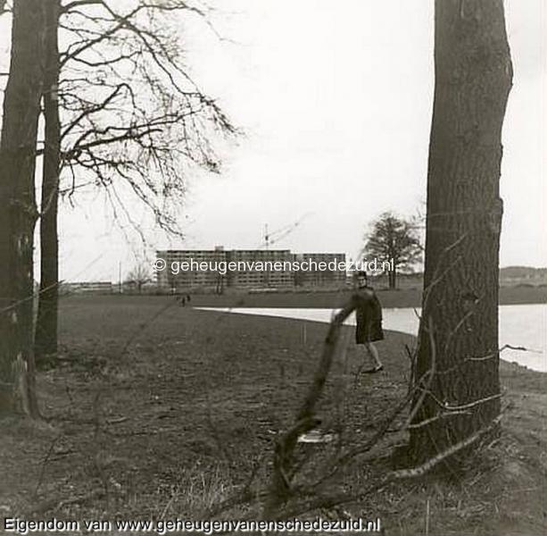 1968, Wesselerbrink, gezicht vanuit bosje op in aanbouw zijnde flats van het Leunenberg, bron Hans Tietjens.JPG