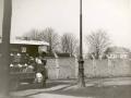 1968-Tuindorp Mw. Tietjens aan de groentekar van Staarman-steenopslag van de gemeente aan de overzijde bron Hans Tietjens.JPG