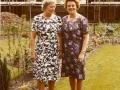 1969, Pollenbrink, tuin nr. 117, Agnes Heller Weijand en zus, 06-06-1969 bron Bob Heller.jpg
