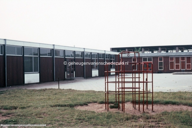 1970-1980_Kennedyschool_houten_lokalen_en_gymlokaal_bron_mw._Assink-Heys.jpg