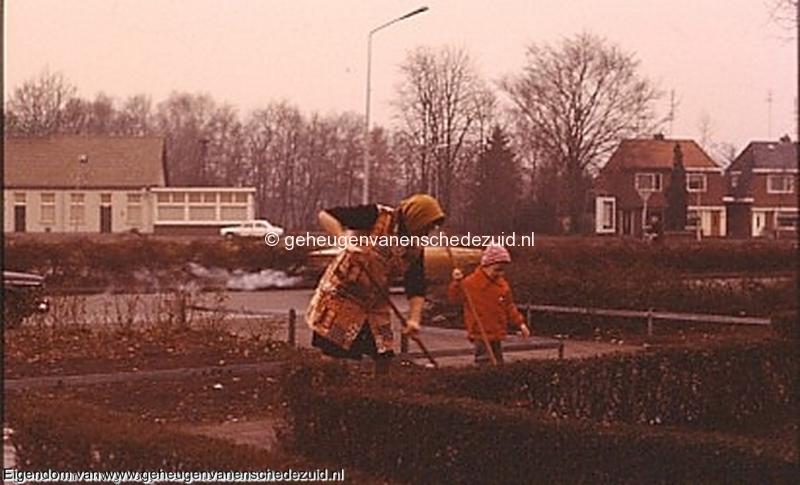 1977 Burg. M. van Veenlaan-Oma Tietjens en Dennis Tietjens, cafe van Siep en Tonny Nijmeijer bron Hans Tietjens.jpg