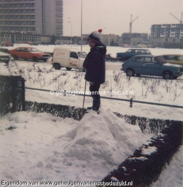 1979 vanaf Burg. M. van Veenlaan Broekheurnestede voorheen Eigen Haard (oud)op de achtergrond Broekheurnerborch bron Hans Tietjens.jpg