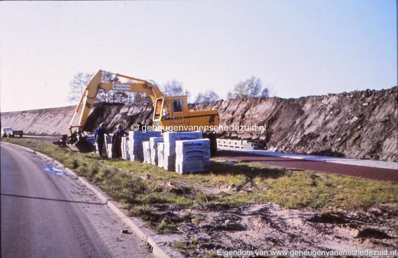 1980 Aanleg geluidwal Broekheurnerring bron K. Koster (6) (small).jpg