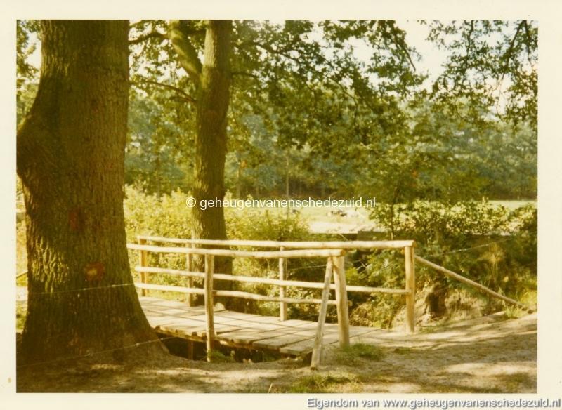 1980 Helmerhoek bruggetje achter vijver bron K. Koster (small).jpg