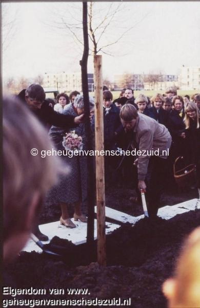 1981-Opening woonerf-kop Hofteweg-Planten boom met daarbij een herinneringscapsule begraven  bron Hans Tietjens.JPG