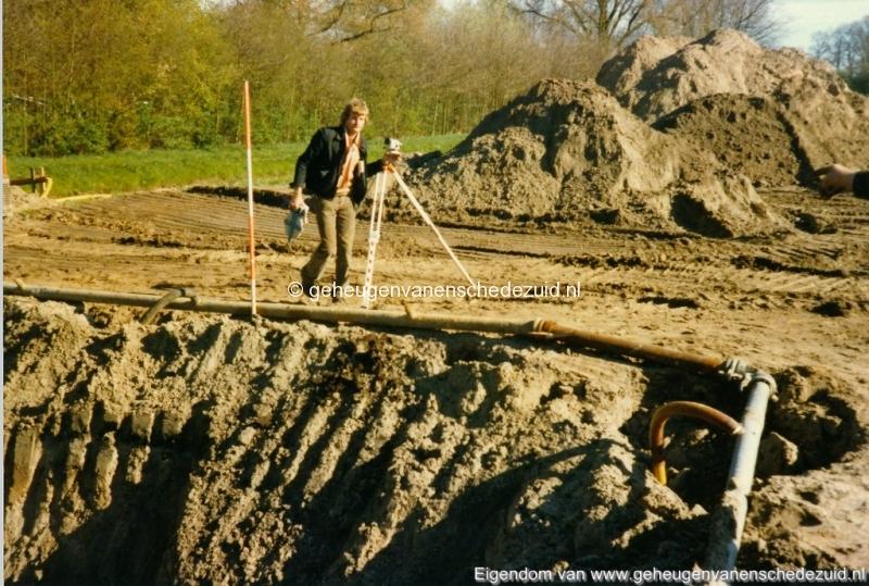 1983 Helmerhoek bouw overloopput tussen vijver en Usselerstroom bron K. Koster (1) (small).jpg