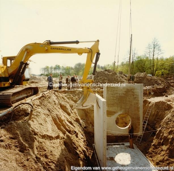 1983 Helmerhoek bouw overloopput tussen vijver en Usselerstroom bron K. Koster (10) (small).jpg