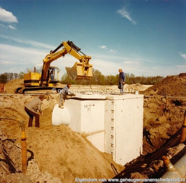 1983 Helmerhoek bouw overloopput tussen vijver en Usselerstroom bron K. Koster (13) (small).jpg