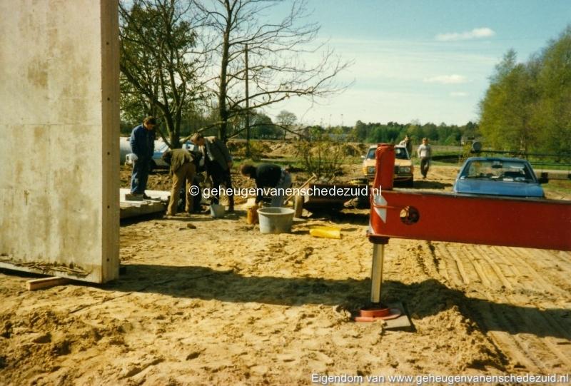 1983 Helmerhoek bouw overloopput tussen vijver en Usselerstroom bron K. Koster (15) (small).jpg