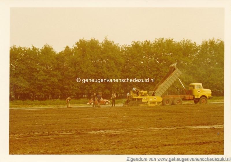 1983 Helmerhoek bouw overloopput tussen vijver en Usselerstroom bron K. Koster (16) (small).jpg