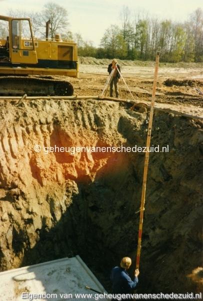 1983 Helmerhoek bouw overloopput tussen vijver en Usselerstroom bron K. Koster (2) (small).jpg