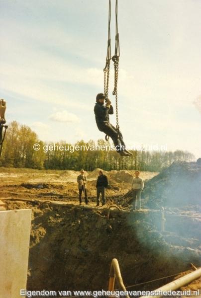 1983 Helmerhoek bouw overloopput tussen vijver en Usselerstroom bron K. Koster (3) (small).jpg