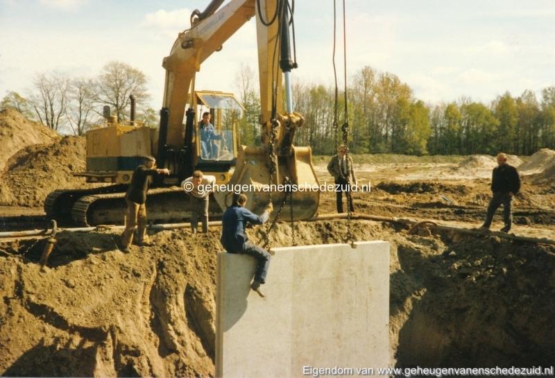 1983 Helmerhoek bouw overloopput tussen vijver en Usselerstroom bron K. Koster (4) (small).jpg