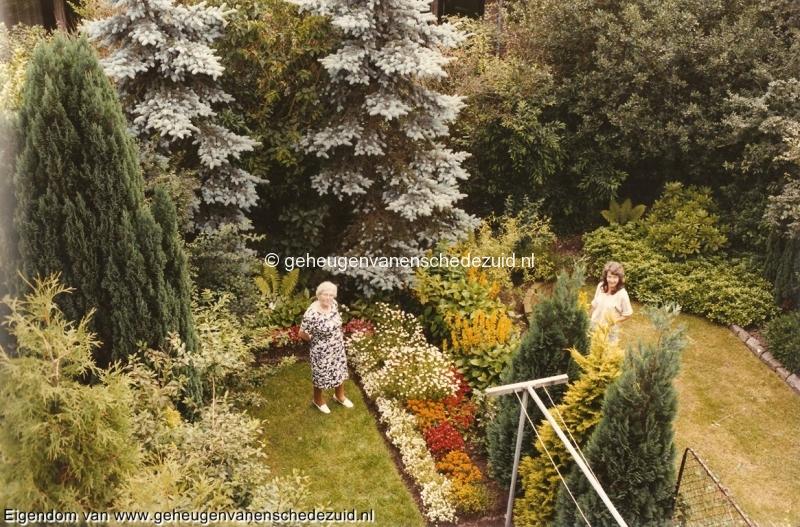 1985, Pollenbrink, tuin nr. 117 en 118 Agnes Heller Weijand en Anneke Robers, 12-07-1985 bron Bob Heller.jpg
